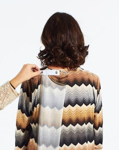 robe-adaptee-a-motifs-avec-jupe-de-style-portefeuille-FR72110-808-back