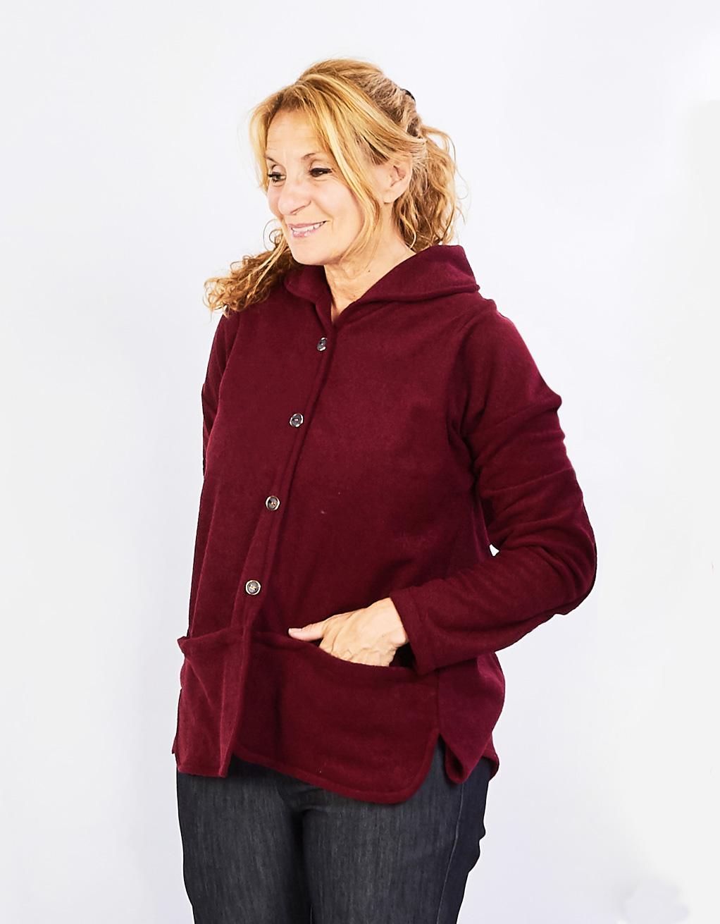 veste-adaptee-en-polar-avec-poches-a-lavant-FB74664-red