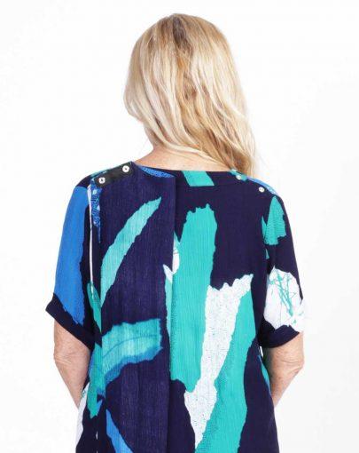 blouse-adaptee-Léna-ete-2019-FB92739-104-marine-et-turquoise-dos