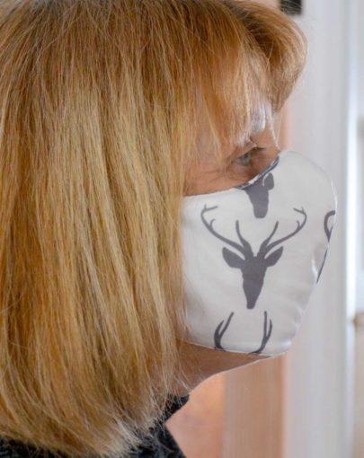 masques-tissu-écologique-fabriqué-québec-couleurs-assorties-ézé+-visage-coté-autre-couleur