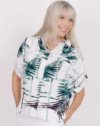 blouse-adaptée-victoria-printemps-ete–2020-FB04675-222-blanc-vert-devant-manneuqin